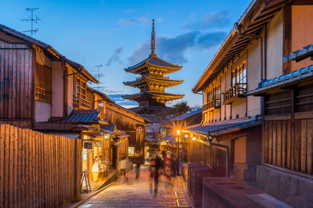 Yasaka pagoda with Kyoto ancient street in Japan. Imagens