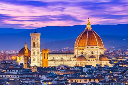 Duomo Florenz in der Nacht. Standard-Bild