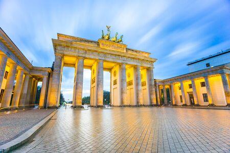 brandenburger tor: Brandenburger Tor (Brandenburg Gate) in Berlin Germany at night.