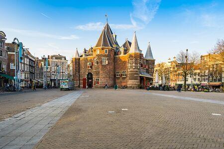 アムステルダム, オランダ - 2016 年 4 月 13 日: ニューマルクトはオランダ、アムステルダムの中心部の広場です。周辺地域は、Nieuwmarktbuurt として知ら