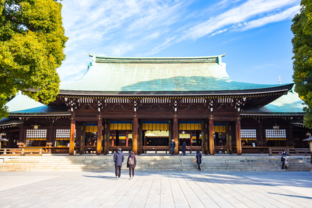 Tokyo, Japan - February 16, 2015: Meiji Shrine located in Shibuya, Tokyo, is the Shinto shrine that is dedicated to the deified spirits of Emperor Meiji and his wife, Empress Shoken. 版權商用圖片 - 58092708