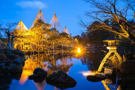 Nuit à Kenroku-en Jardin à Kanazawa, au Japon. Banque d'images - 58523339
