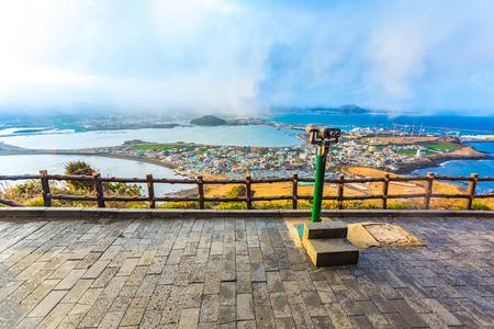 Vue de Seongsan Ilchulbong moutain dans l'île de Jeju, Corée du Sud. Banque d'images - 58523700