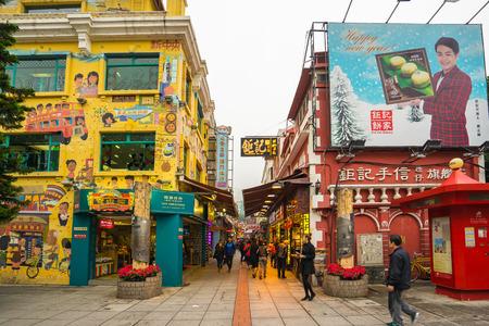 Macau, Chine - 12 Mars, 2016: La rue de la nourriture ou la Rua do Cunha dans l'île de Taipa, Macau. Banque d'images - 59752157