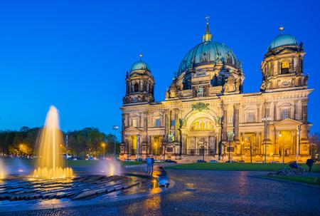 dom: Berliner Dom la nuit à Berlin, Allemagne.