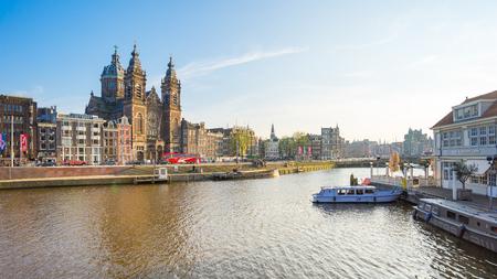Amsterdam, Pays-Bas - 12 Avril, 2016: La vue du centre-ville d'Amsterdam de la gare centrale d'Amsterdam.