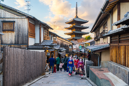 Kyoto, Japan - December 30, 2015: Kyoto city street with the tourist in Sannen Zaka Street in Kyoto, Japan Éditoriale