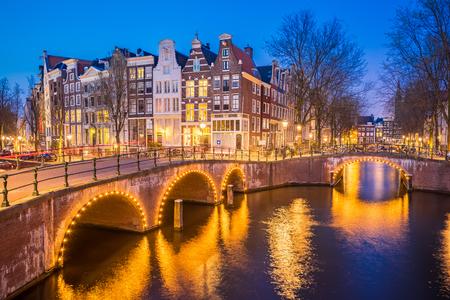 Vue de nuit de l'horizon de la ville d'Amsterdam la nuit aux Pays-Bas. Banque d'images