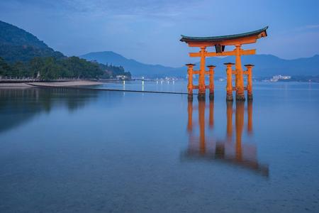 La porte Torii flottant à Miyajima, Japon. Banque d'images