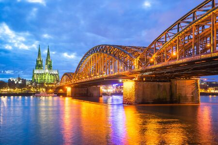 Cologne Cathedral at night in Cologne, Germany. Banque d'images