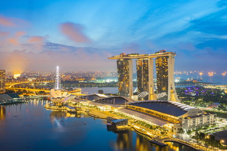 Singapore skyline, view of Singapore city at night and view of Marina Bay in Singapore. Banque d'images