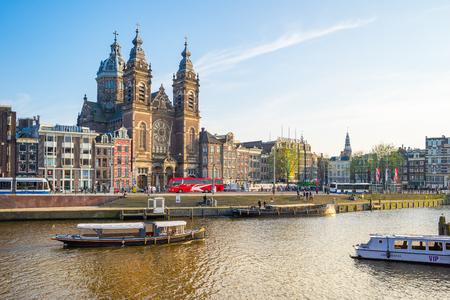 Amsterdam, Pays-Bas - 12 avril 2016: Vue de la ville d'Amsterdam avec le canal aux Pays-Bas. Éditoriale