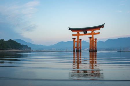 Morning at Miyajima Island with the Torii Gate in Japan. Banque d'images