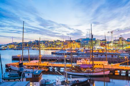 Oslo, port d'Oslo avec bateaux et yachts au crépuscule en Norvège. Banque d'images