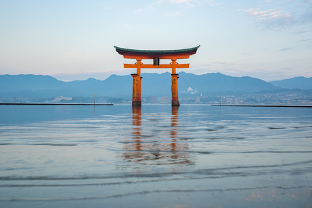 The Torii gate landmark of Japan in Miyajima Island. Banque d'images