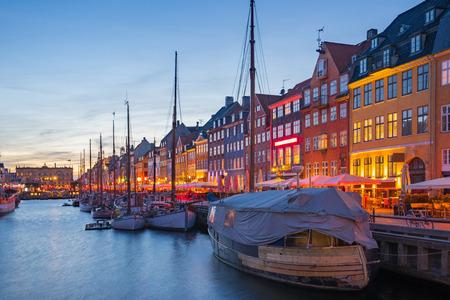 Canal de Nyhavn la nuit à Copenhague, Danemark.