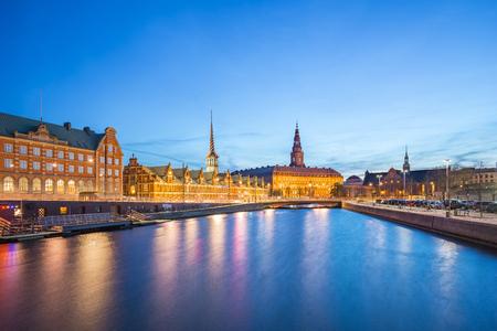 Copenhagen city view of Christiansborg Palace at night in Copenhagen, Denmark Banque d'images