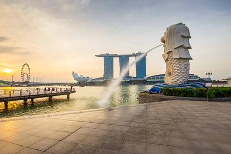 Singapore City, Singapour - 18 juillet 2015: Le Merlion avec le lever du soleil dans le centre-ville de Singapour.