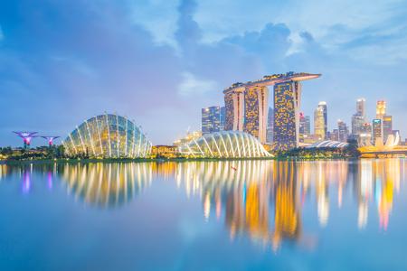 Centre-ville de Singapour la nuit dans la ville de Singapour.