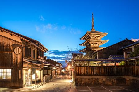 La pagode de Yasaka et la rue antique de Kyoto la nuit à Kyoto, au Japon. Banque d'images