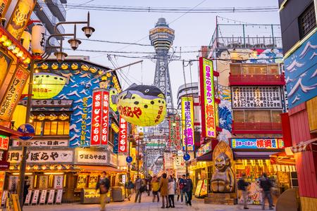 Osaka, Japon - 4 janvier 2016: tour de Tsutenkaku dans le district de Shinsekai à Osaka, au Japon. Éditoriale