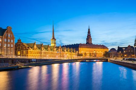 Palais de Christiansborg la nuit dans la ville de Copenhague, Danemark.