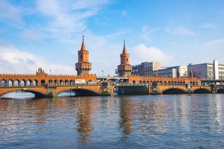 Le pont Oberbaum dans la ville de Berlin, en Allemagne.