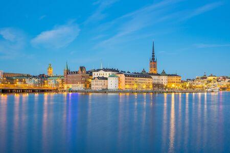 Horizon de la ville de Stockholm la nuit à Stockholm, en Suède. Banque d'images