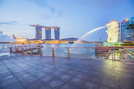 Singapore City, Singapour - 18 juillet 2015: Merlion et Marina Bay Sands dans le centre-ville de Singapour.