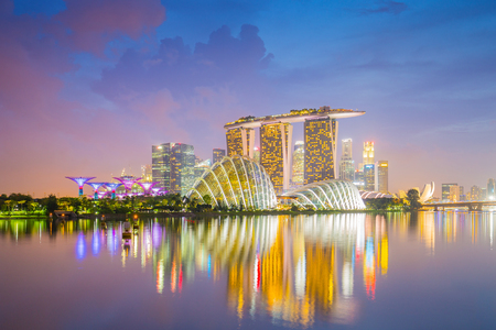 View of Marina Bay at twilight with Singapore downtown. Éditoriale