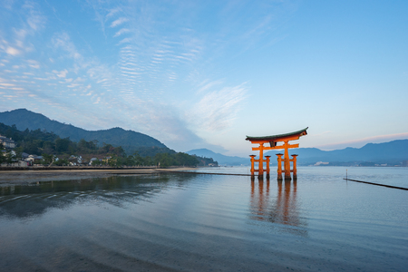 The Torii gate landmark of Japan in Miyajima Island. Banque d'images