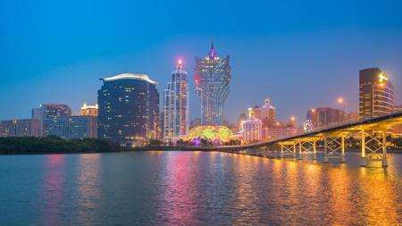 Vue panoramique du paysage urbain de Macau la nuit en Chine.