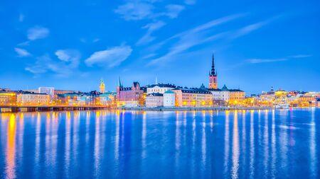 Vue panoramique du paysage urbain de Stockholm la nuit en Suède.