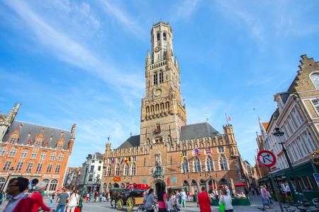 Bruges, Belgique - 17 mai 2014: Le Beffroi de Bruges à la place du marché à Bruges, en Belgique.