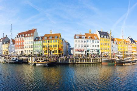 Copenhague, Danemark - 1er mai 2017: Nyhavn avec son port pittoresque avec de vieux voiliers qui se balancent sur l'eau des canaux et des façades colorées de maisons anciennes