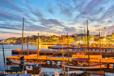 Port d'Oslo la nuit dans la ville d'Oslo, en Norvège.