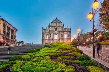 La façade de la ruine de l'église de nuit à Macao, en Chine.