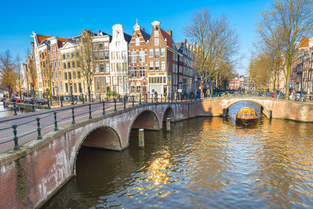 Dutch house style with the canal in Amsterdam city, Netherlands. Éditoriale
