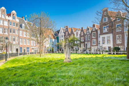 The historic buildings Begijnhof in Amsterdam city, Netherlands. Foto de archivo
