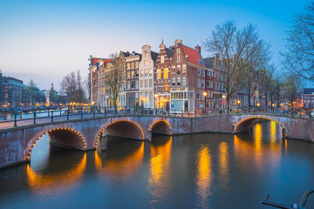 Amsterdam city at night with dutch old buildings in Netherlands. Banque d'images
