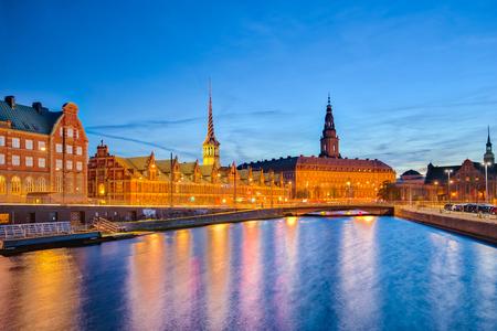 Paysage urbain de Copenhague avec le palais de Christiansborg la nuit à Copenhague, au Danemark.