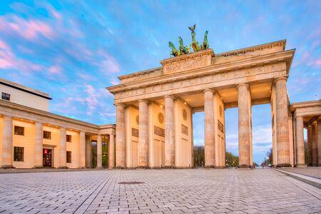 Ciel dramatique avec la porte de Brandebourg dans la ville de Berlin, en Allemagne.