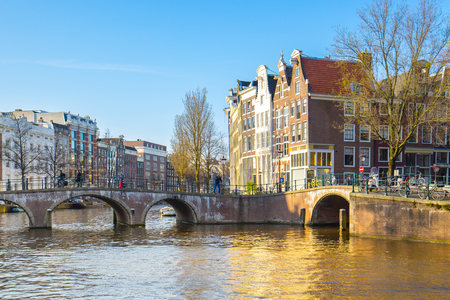 Amsterdam city with dutch old buildings in Netherlands. Banque d'images