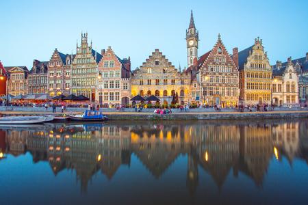 La ville de Gand avec la rivière Leie la nuit à Gand, en Belgique.