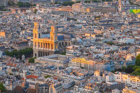 Paris au coucher du soleil en France.