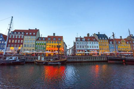 Nuit à Nyhavn à Copenhague, Danemark.