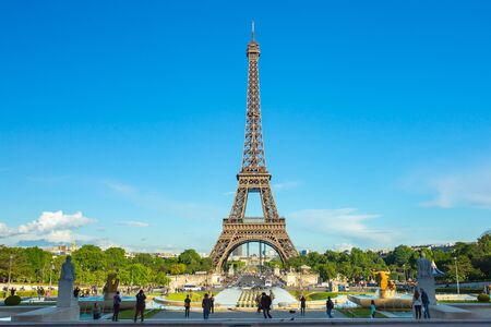 Eiffel Tower seen from Jardins du Trocadero at a sunny summer day in Paris, France. Banque d'images