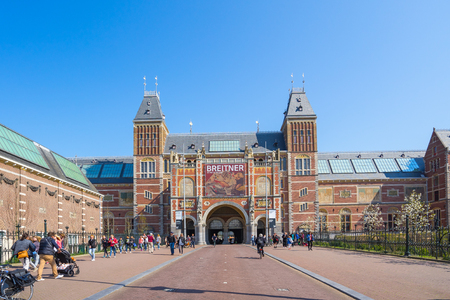 Amsterdam city, Netherlands - April 12, 2016: The Rijksmuseum with the tourist in Amsterdam, Netherlands. 版權商用圖片 - 86123194