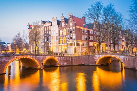 Twilight dans la ville d'Amsterdam avec les vieux bâtiments néerlandais, Pays-Bas. Banque d'images