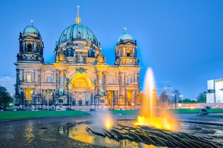 Nuit à la cathédrale de Berlin avec fontaine dans la ville de Berlin, en Allemagne.